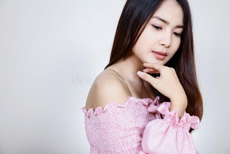 Härlig asiatisk flicka med sund hud Skincare begrepp Härlig le ung asiatisk kvinna med rengöring, nytt, glöd och perfec royaltyfri fotografi