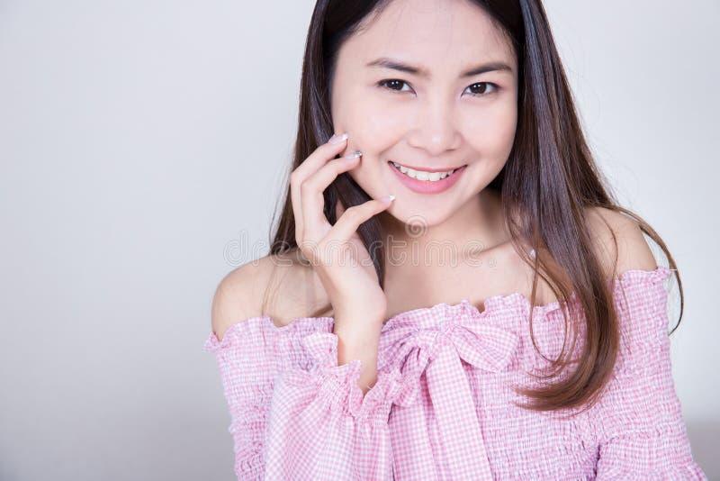 Härlig asiatisk flicka med sund hud Skincare begrepp Härlig le ung asiatisk kvinna med rengöring, nytt, glöd och perfec arkivbilder
