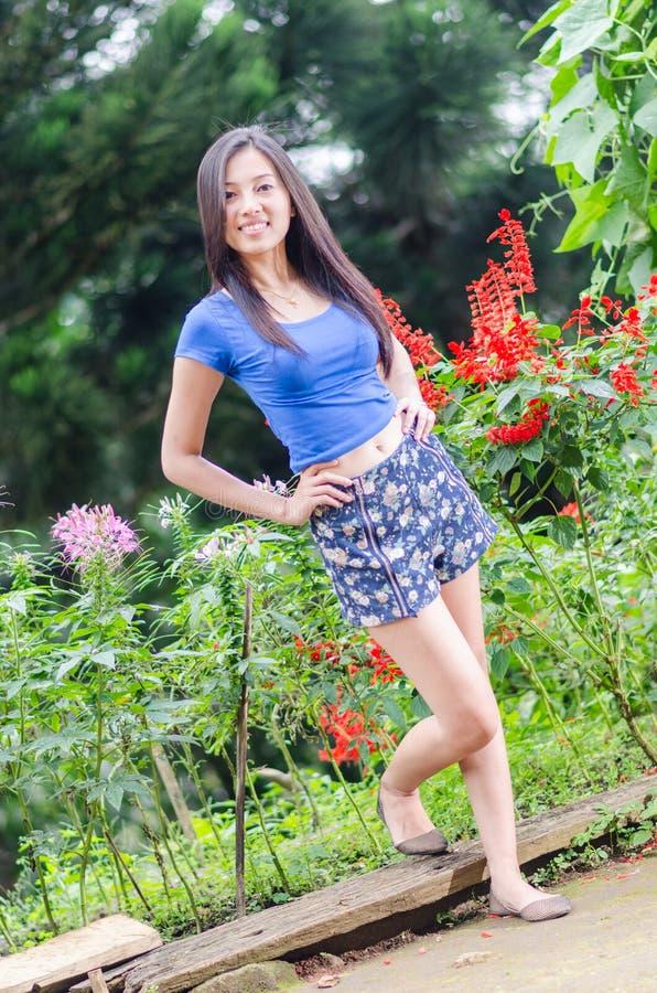 Härlig asiatisk flickablomma royaltyfri fotografi