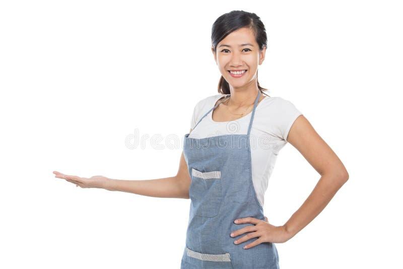 Härlig asiatisk kaféägare som framlägger till copyspace royaltyfria bilder