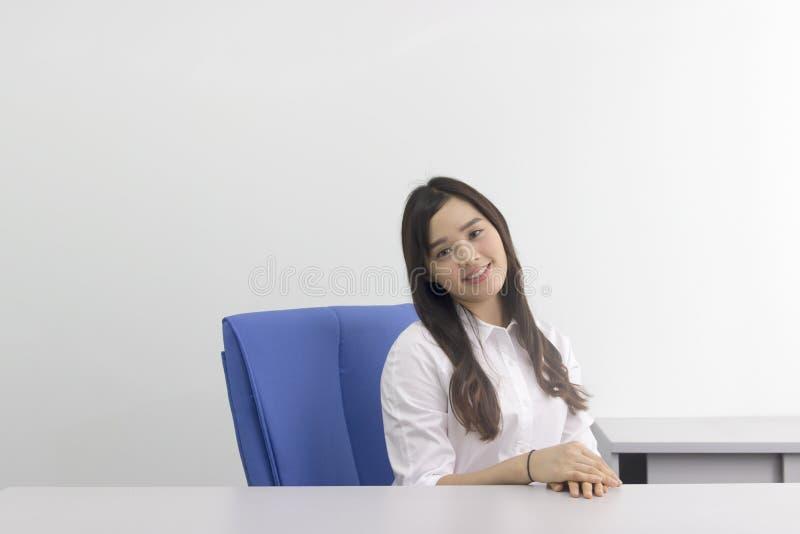 Härlig asiatisk kontorsdam på kontoret arkivfoto