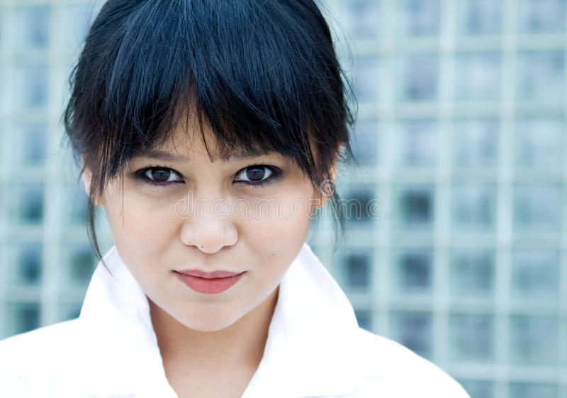 Härlig asiatisk kvinna i modern inställning royaltyfri fotografi