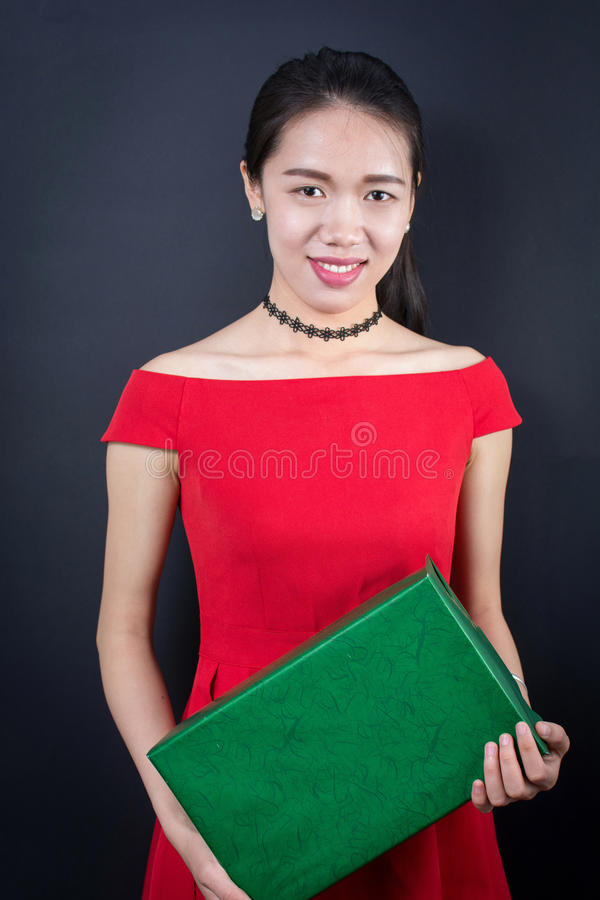 Härlig asiatisk kvinna med en närvarande ask royaltyfria foton