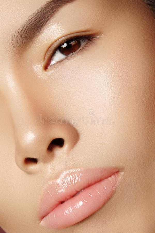 Härlig asiatisk kvinna med ny daglig makeup Vietnamesisk skönhetflicka i brunnsortbehandling Närbild med ren hud på framsida royaltyfri fotografi