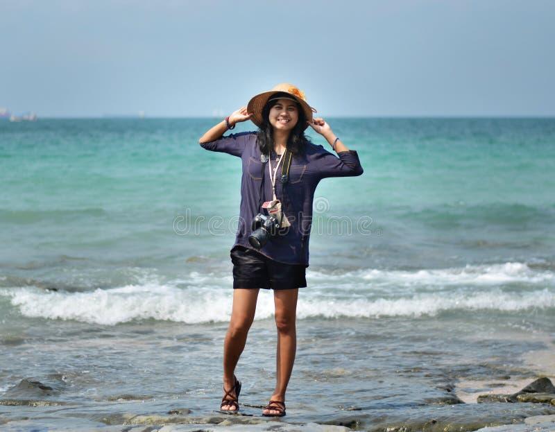 Härlig asiatisk kvinna på strand royaltyfri fotografi