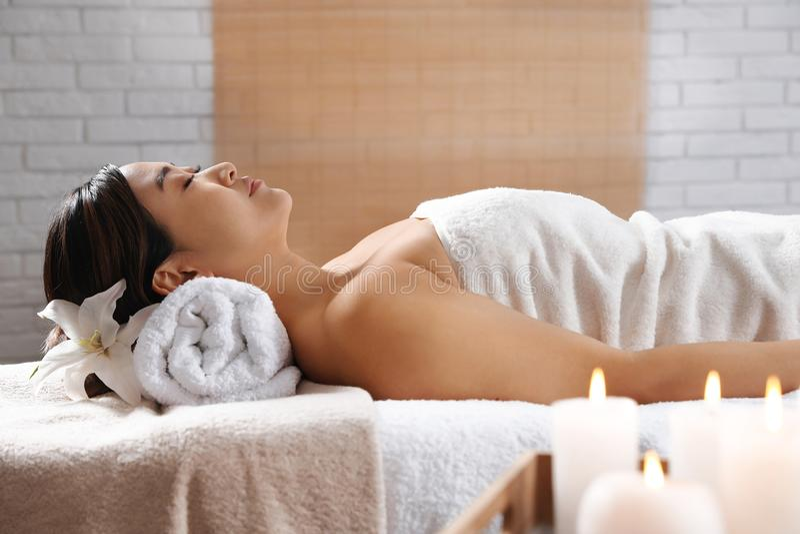 Härlig asiatisk kvinna som ligger på massagetabellen arkivbilder