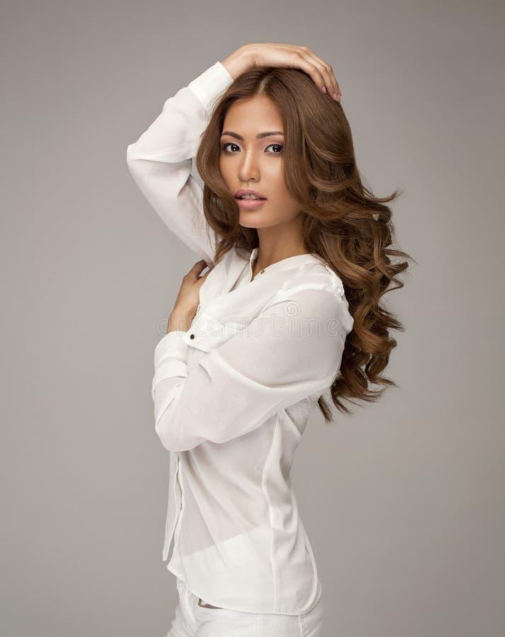 Härlig asiatisk kvinna som poserar i studio royaltyfria foton