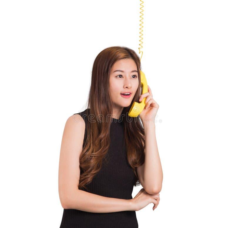 Härlig asiatisk kvinna som talar på telefonen arkivbild