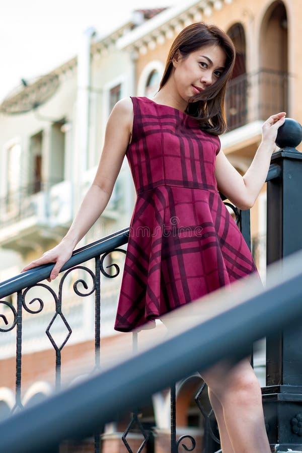 Härlig asiatisk kvinna som utomhus ler arkivfoton