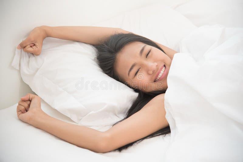 Härlig asiatisk kvinna som vaknar upp i morgonen royaltyfri fotografi