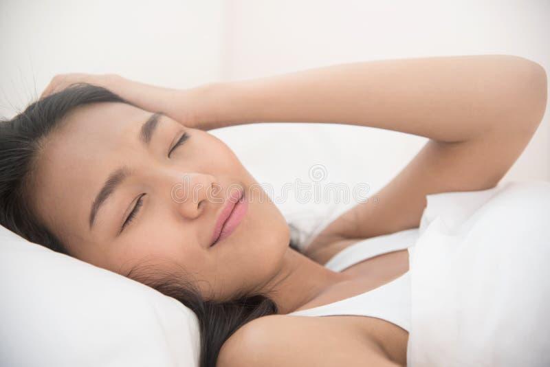 Härlig asiatisk kvinna som vaknar upp i morgonen fotografering för bildbyråer