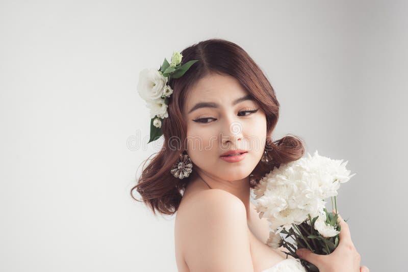 Härlig asiatisk kvinnabrud på grå bakgrund kvinna för closeupframsidastående royaltyfri bild