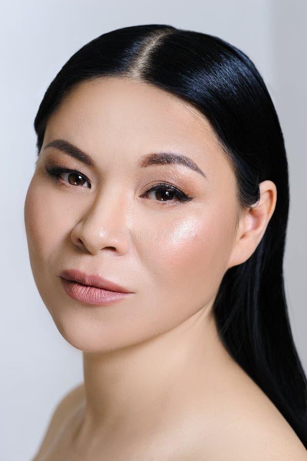 H?rlig asiatisk kvinnaframsida med ren ny hud, n?ck makeup, cosmetology, sjukv?rd, sk?nhet och brunnsorten royaltyfri fotografi