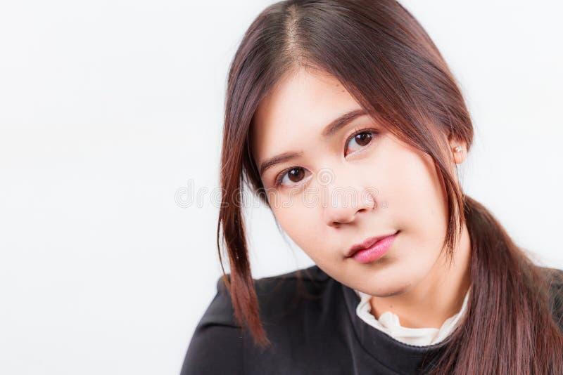 Härlig asiatisk kvinnaframsidastående som isoleras på vit Backgrou fotografering för bildbyråer