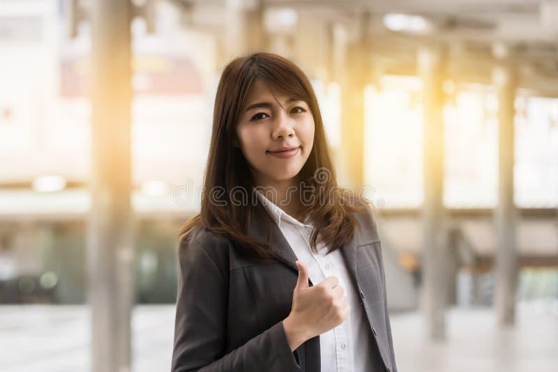 Härlig asiatisk le affärskvinna royaltyfria foton