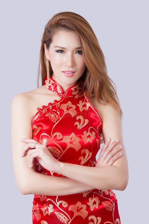 Härlig asiatisk modell som bär traditionella Cheongsam arkivfoto