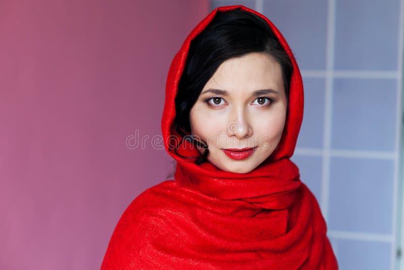 Härlig asiatisk muslim kvinna med ett dolt huvud arkivfoton