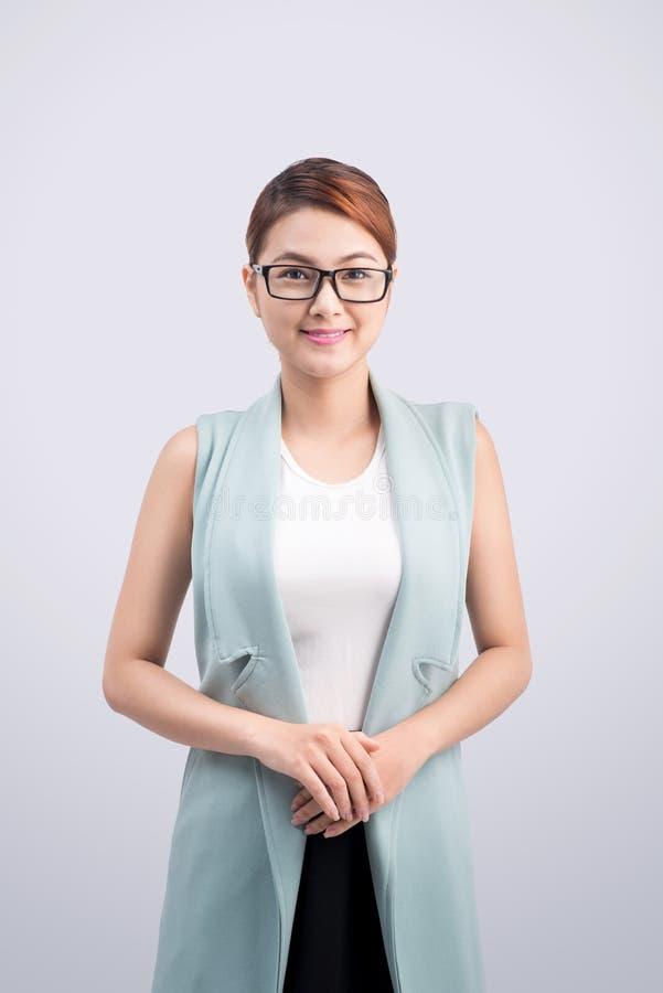 Härlig asiatisk ung affärskvinna på grå bakgrund arkivfoto