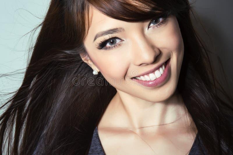 Härlig asiatisk ung kvinna med prickfri hud royaltyfri bild
