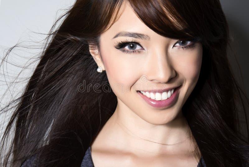 Härlig asiatisk ung kvinna med prickfri hud arkivfoto