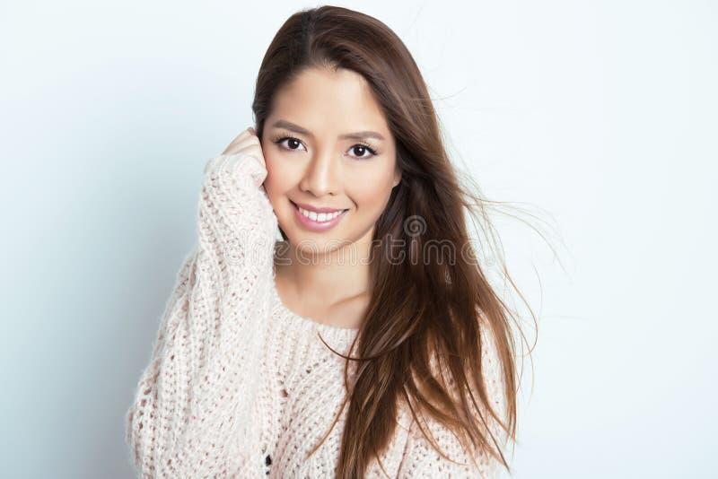 Härlig asiatisk ung kvinna med prickfri hud arkivfoton