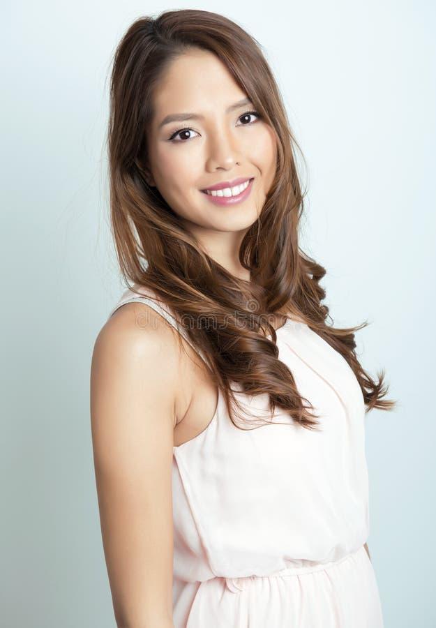Härlig asiatisk ung kvinna med prickfri hud royaltyfri foto