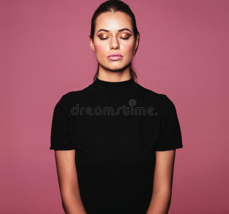 Härlig avkopplad kvinna med perfekt hud och makeup arkivfoto