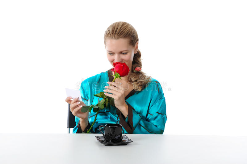 härlig avläsning för flickaförälskelseanmärkning royaltyfria bilder
