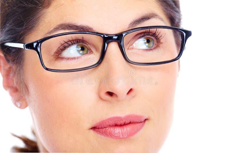 Härlig bärande exponeringsglasstående för ung kvinna. royaltyfria foton