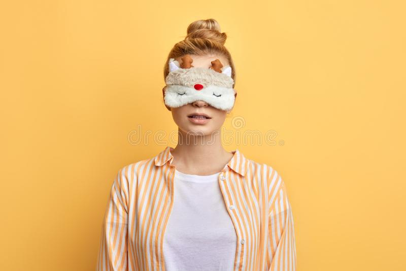 Härlig bärande eyemask för ung kvinna arkivbild