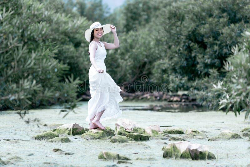 Härlig bärande vit klänning för ung dam i rörelsetappningstil royaltyfri foto