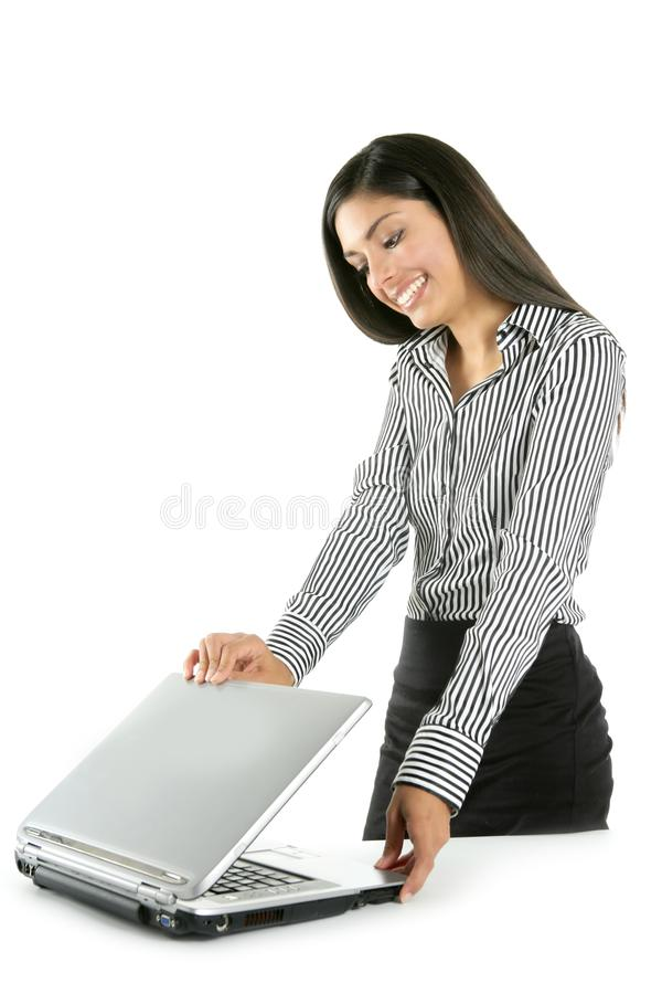 härlig bärbar dator för brunettaffärskvinnaindier royaltyfri foto