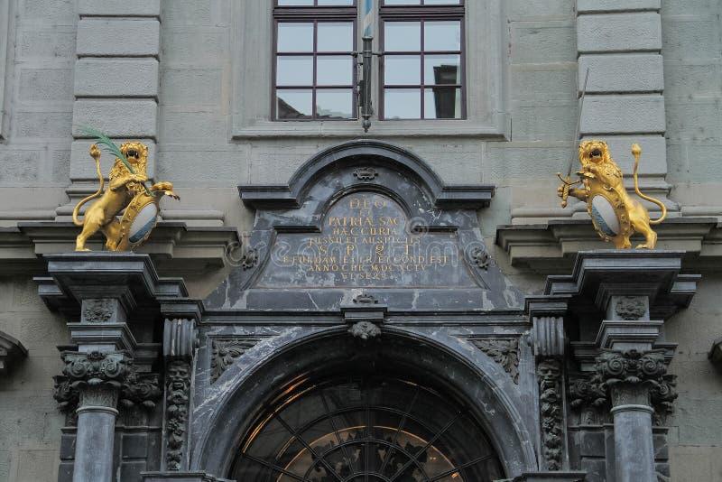 Härlig båge och staty ovanför porten av byggnaden royaltyfria foton