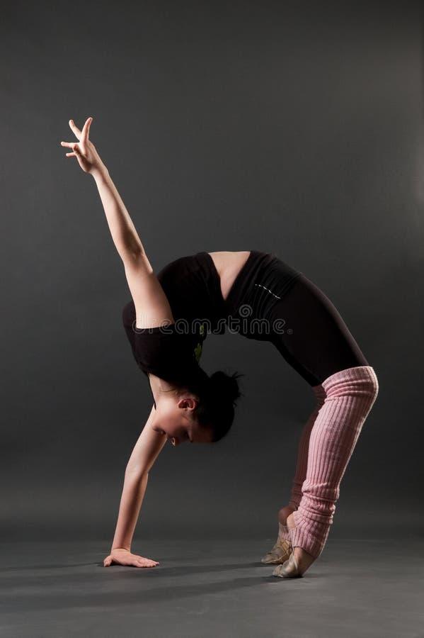 härlig böjlig gymnast arkivfoto