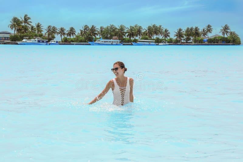 Härlig badning för ung kvinna på havet royaltyfri bild