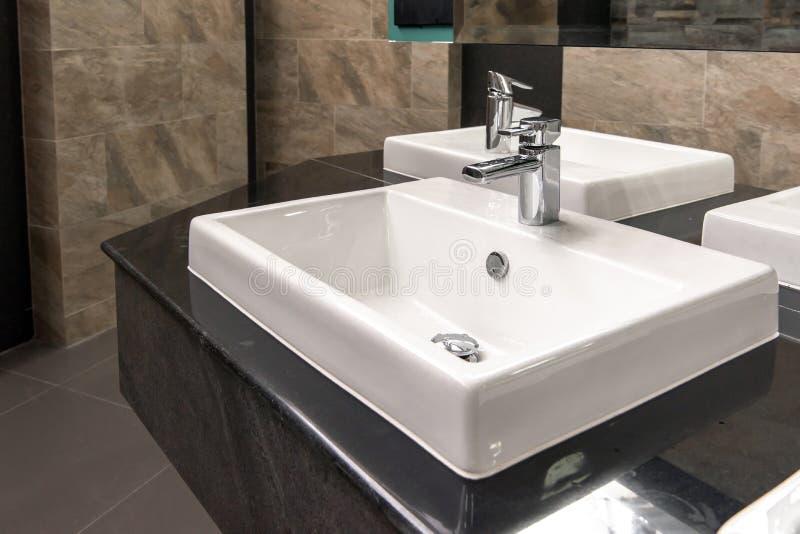 Härlig badruminre med vasken och vattenkranen arkivfoton