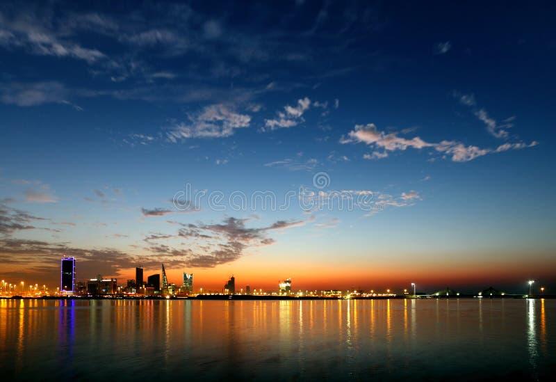 Härlig Bahrain horisont under blå timme royaltyfri foto