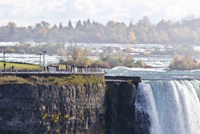 Härlig bakgrund med den fantastiska kraftiga Niagara vattenfallet och en synvinkel arkivfoto