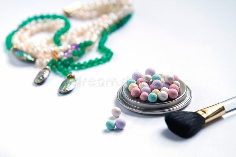 Härlig bakgrund, på en vit bakgrundshalsband av pärlor royaltyfri bild