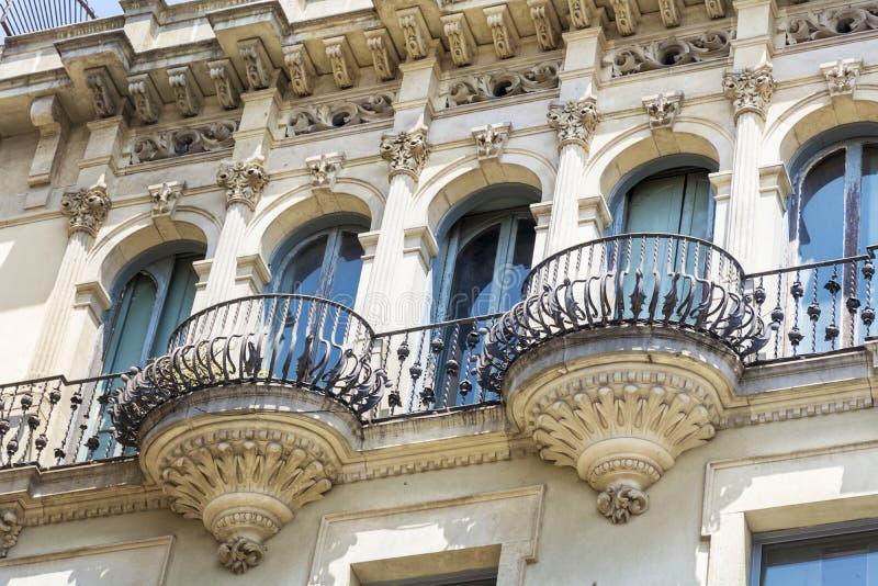 Härlig balkong- och tappningbyggnad i Barcelona, spanjor arkivfoton