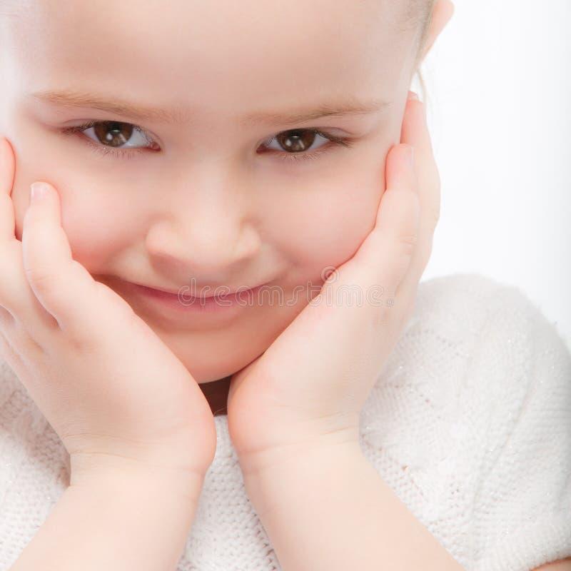 härlig barncloseförträning som ler upp royaltyfria foton