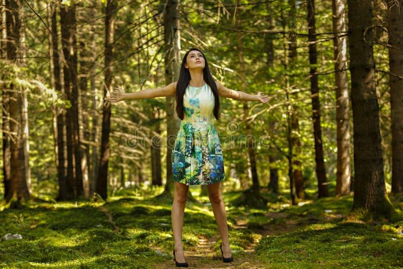 Härlig barnmodekvinna, i att posera för färgklänning som är utomhus- i G fotografering för bildbyråer
