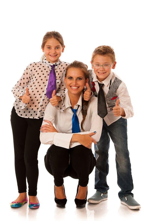 Härlig barnmoder med dottern och sonen som isoleras över whit fotografering för bildbyråer