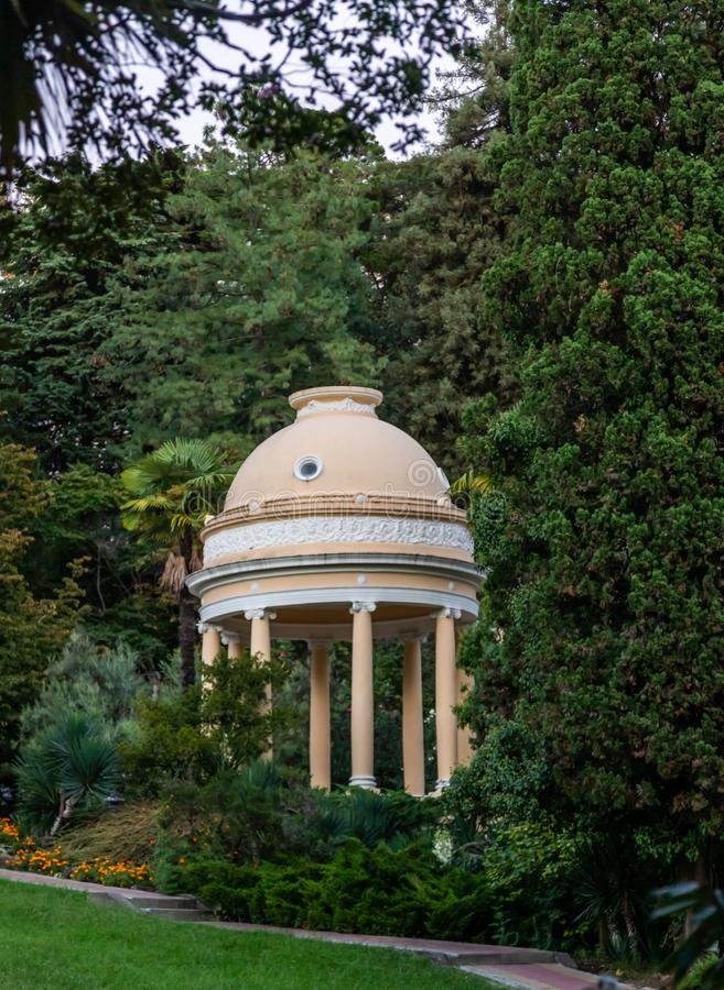 Härlig beige rund axel med en kupol i den Sochi botaniska trädgården Ryssland royaltyfri bild