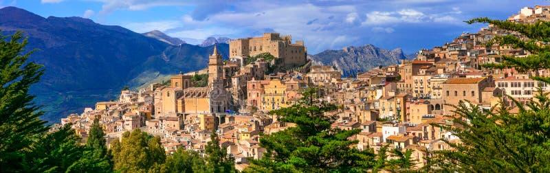 Härlig bergby Caccamo i Sicilien, Italien arkivfoton