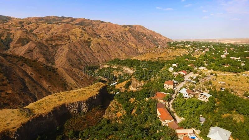 Härlig bergby Halidzor på kullen, flyg- sikt för Armenien landskap arkivbild