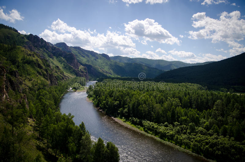 härlig bergflod royaltyfria foton