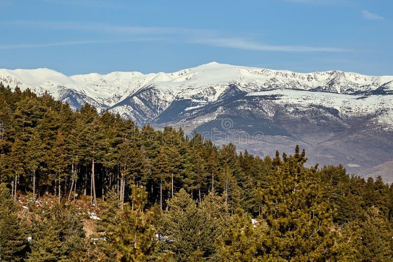 Härlig bergkontur från Spanien i vinter, nära den lilla byfjällängen royaltyfri bild