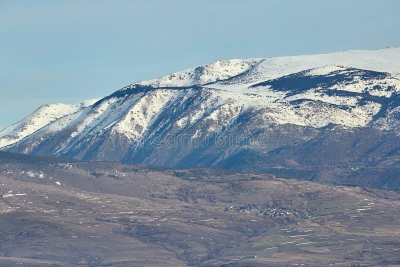 Härlig bergkontur från Spanien i vinter, nära den lilla byfjällängen arkivfoto