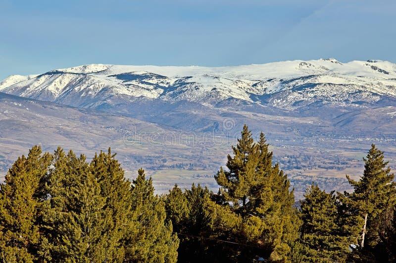 Härlig bergkontur från Spanien i vinter, nära den lilla byfjällängen royaltyfria bilder